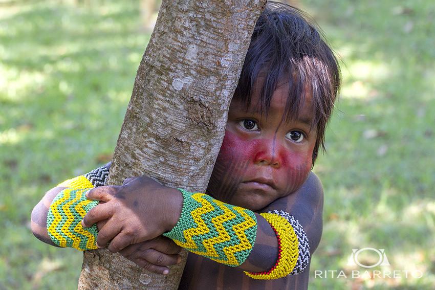índio com pulseiras feitas com miçangas Preciosa Ornela